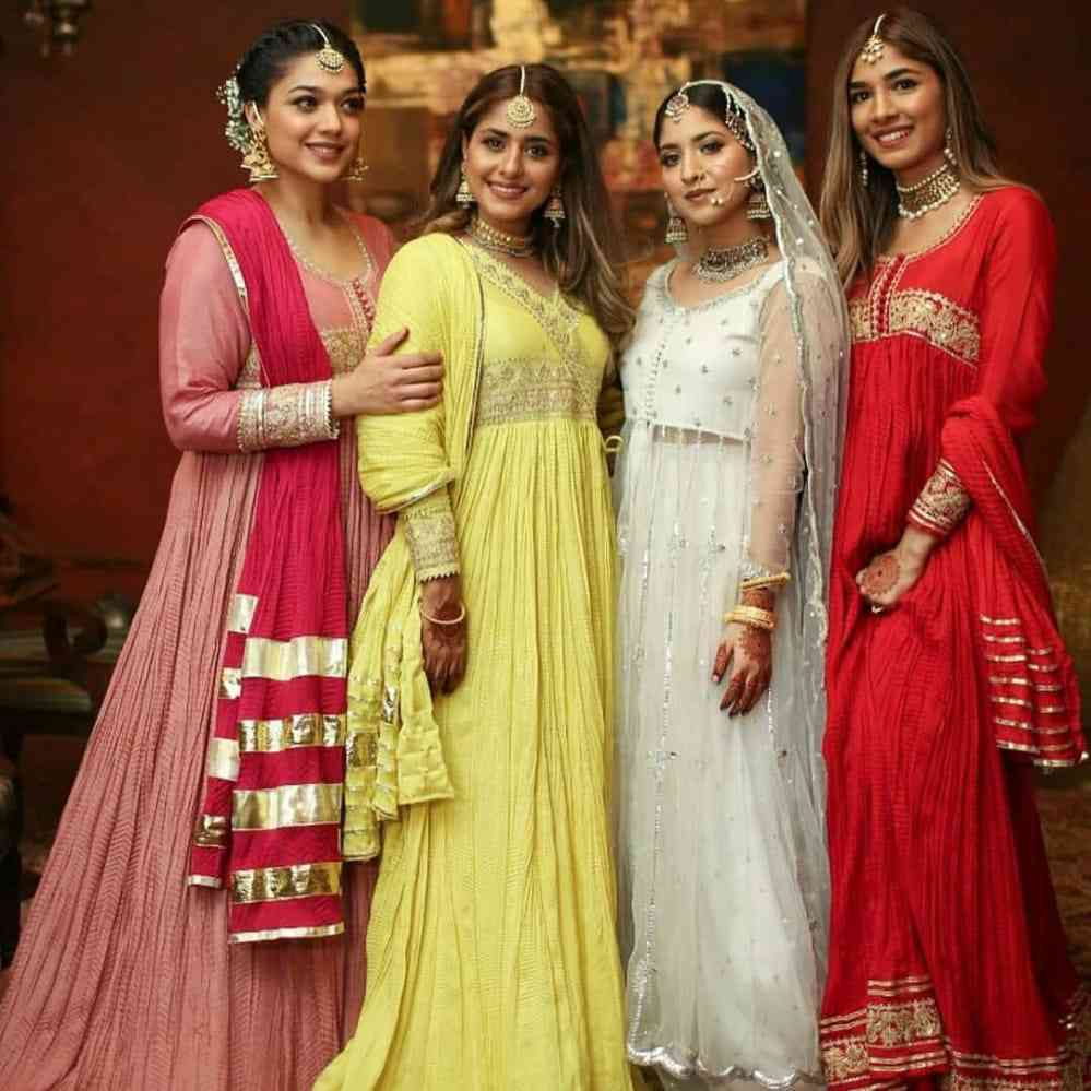 sanam-jung-with-her-sisters