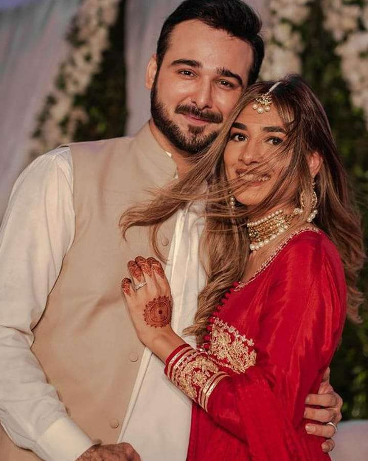 Amna Jung's husband Fahad Sultan is an advocate (Sindh High Court) by profession. And he lives in Karachi.
