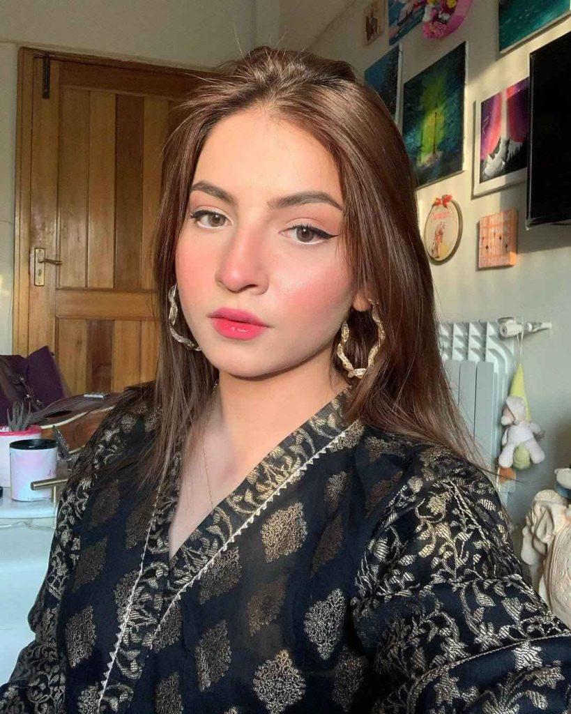 danadeer mobeen pawri ho rahi hy viral girl (4)