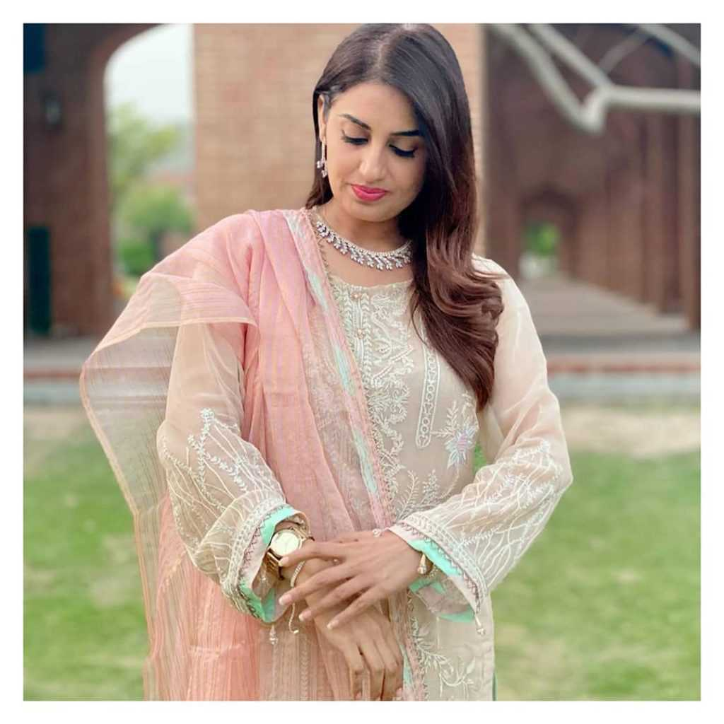 Farah Yousaf looking very beautiful on her sister wedding ceremony