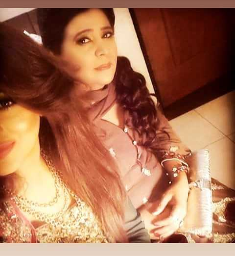 fatima sohail with her mother