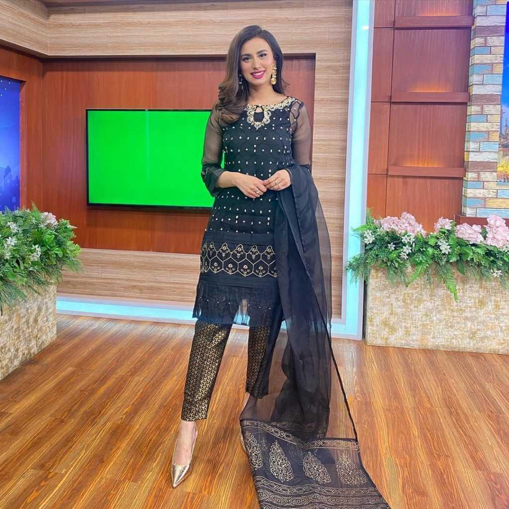 Pakistani-actresses-eid-pics-first-day-of-eid-ul-fitr-2021 (16)