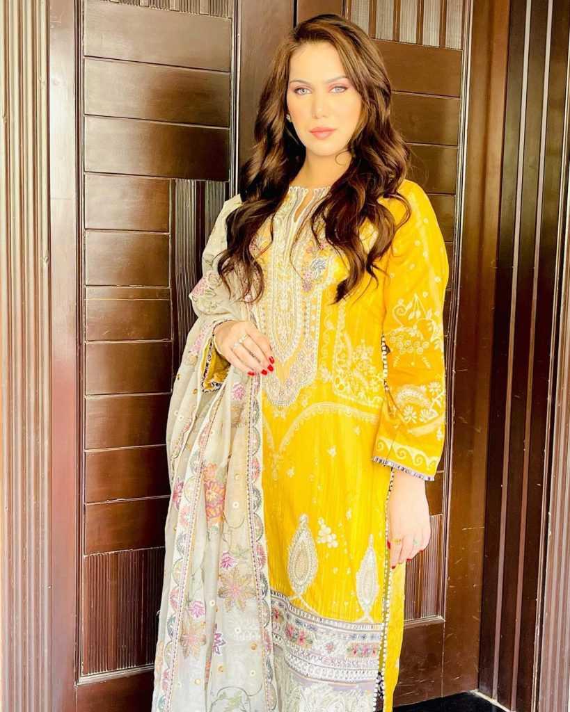 Pakistani-actresses-eid-pics-first-day-of-eid-ul-fitr-2021 (18)