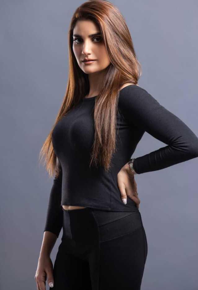 aliya-ali-looks-hot-in-all-black