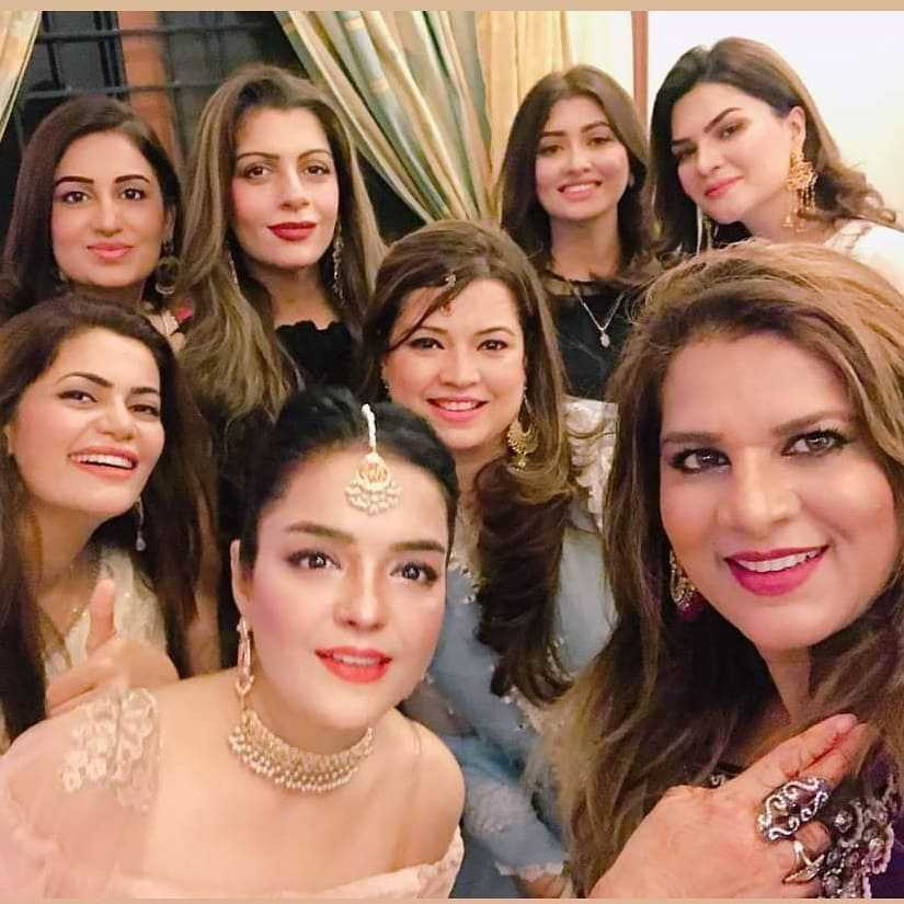 farah-iqrar-latest-pics-with-her-friends (1)