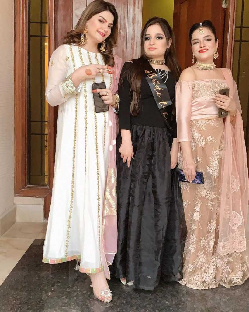 farah-iqrar-latest-pics-with-her-friends (17)