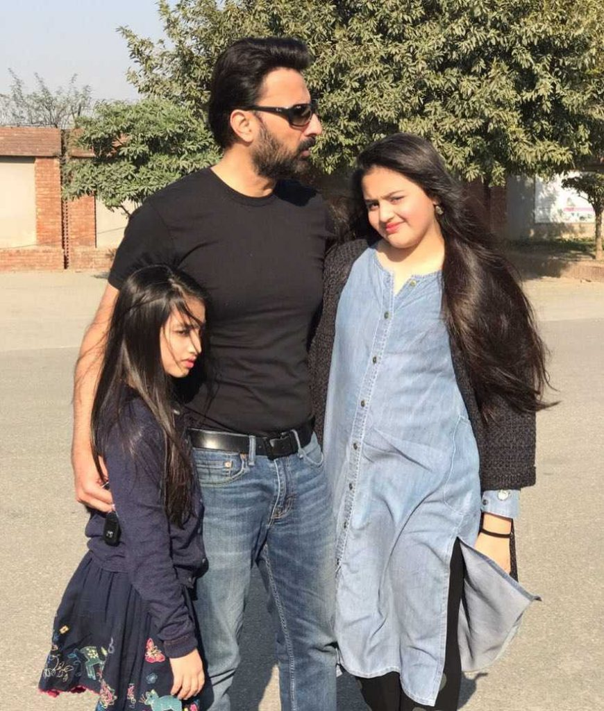babar-ali-with-his-daughters