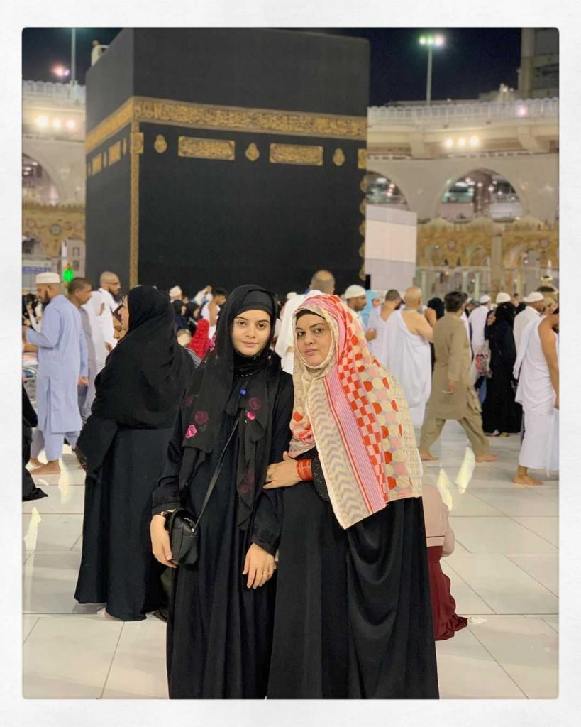 minal-khan-with-her-mother
