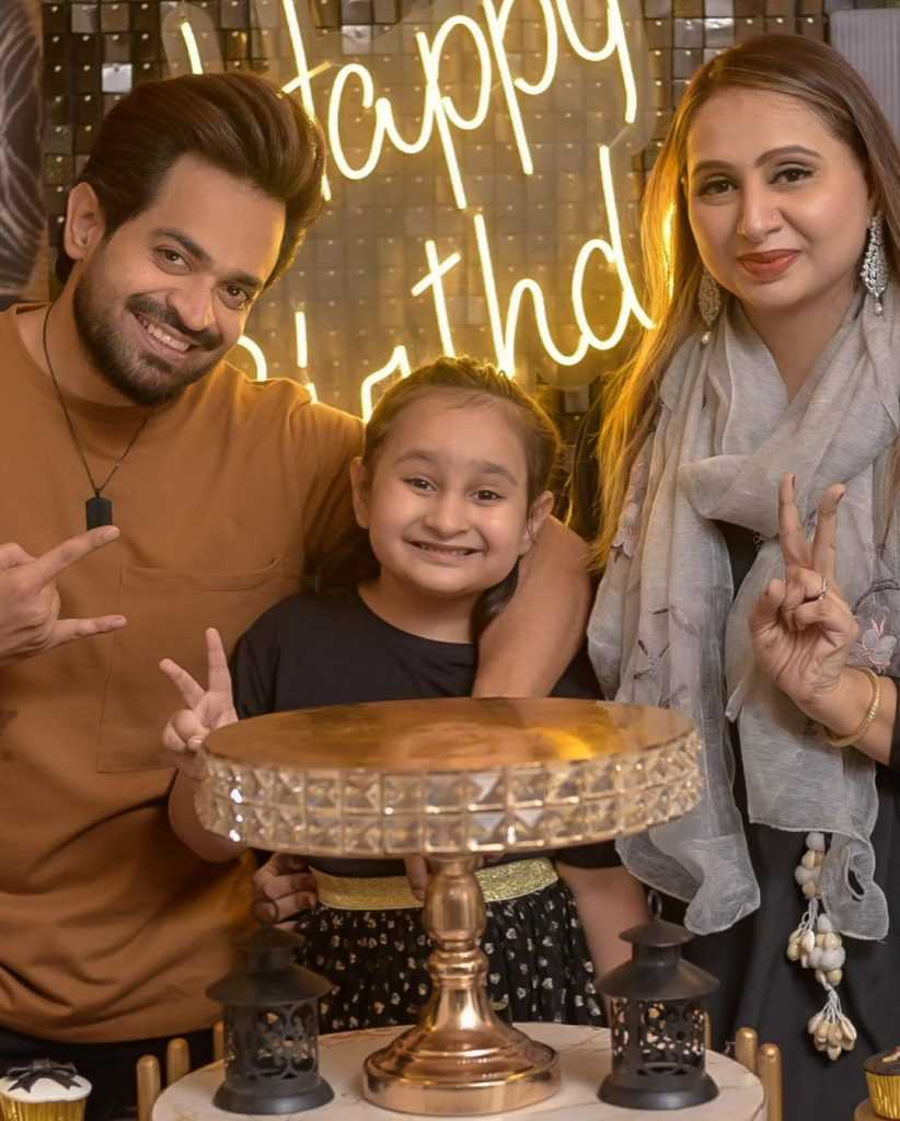 naveed-raza-with-wife-and-daughter