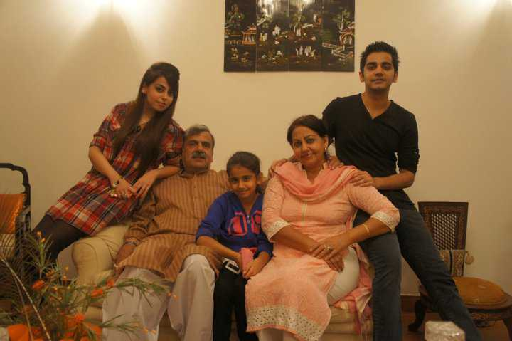 yashma gill elder sister fozia gill with her husband and kids