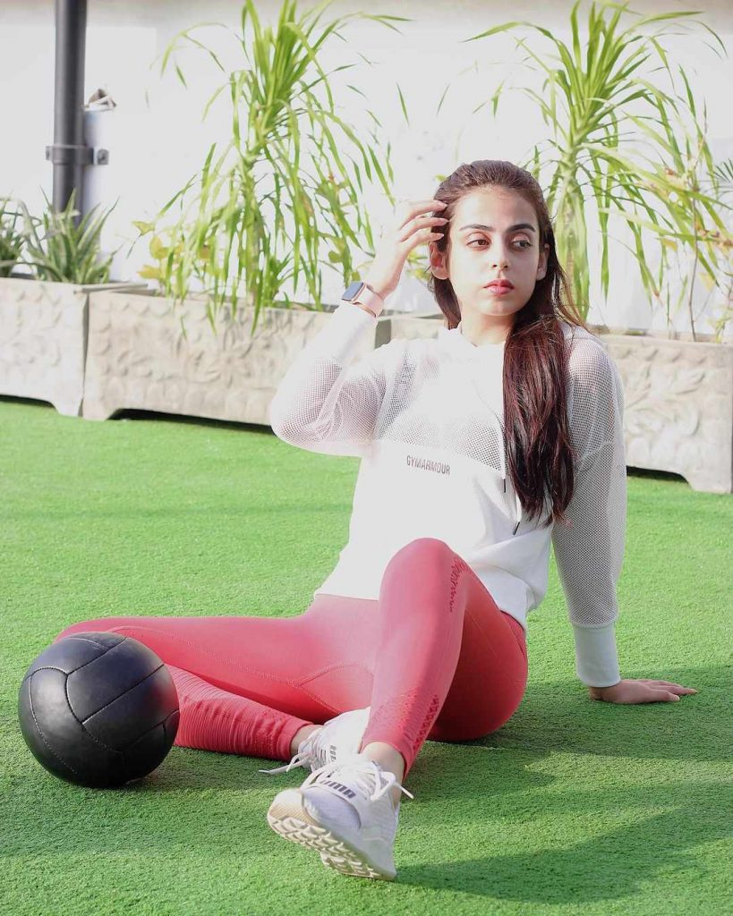 yashma-gill-looking-hot-in-gym-wears (4)