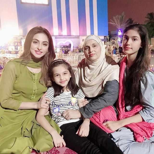aruba-mirza-with-her-family