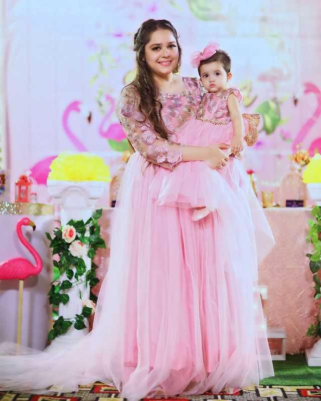 sarah-razi-khan-with-daughter