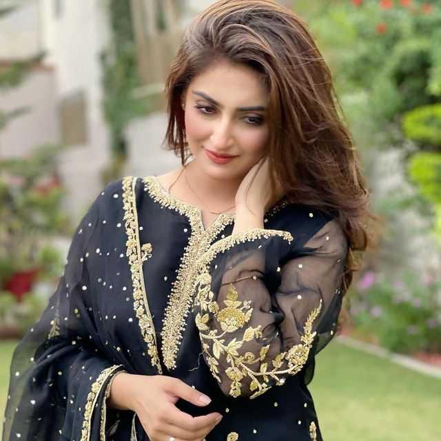 Hiba Bukhari as Rida in inteha e ishq