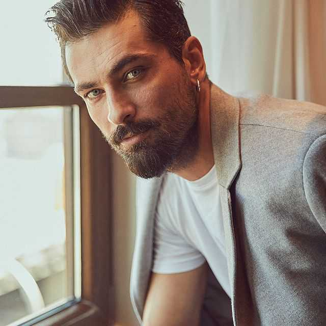 Onur Tuna is the part of the Aahan Turkish drama cast as omar