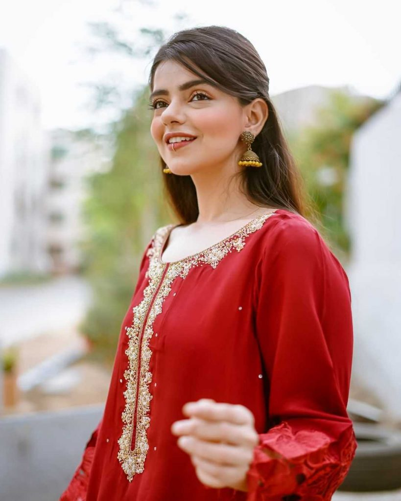 Srha Asghar is also a beautiful part of the cast of Amanat drama in the role of Samra