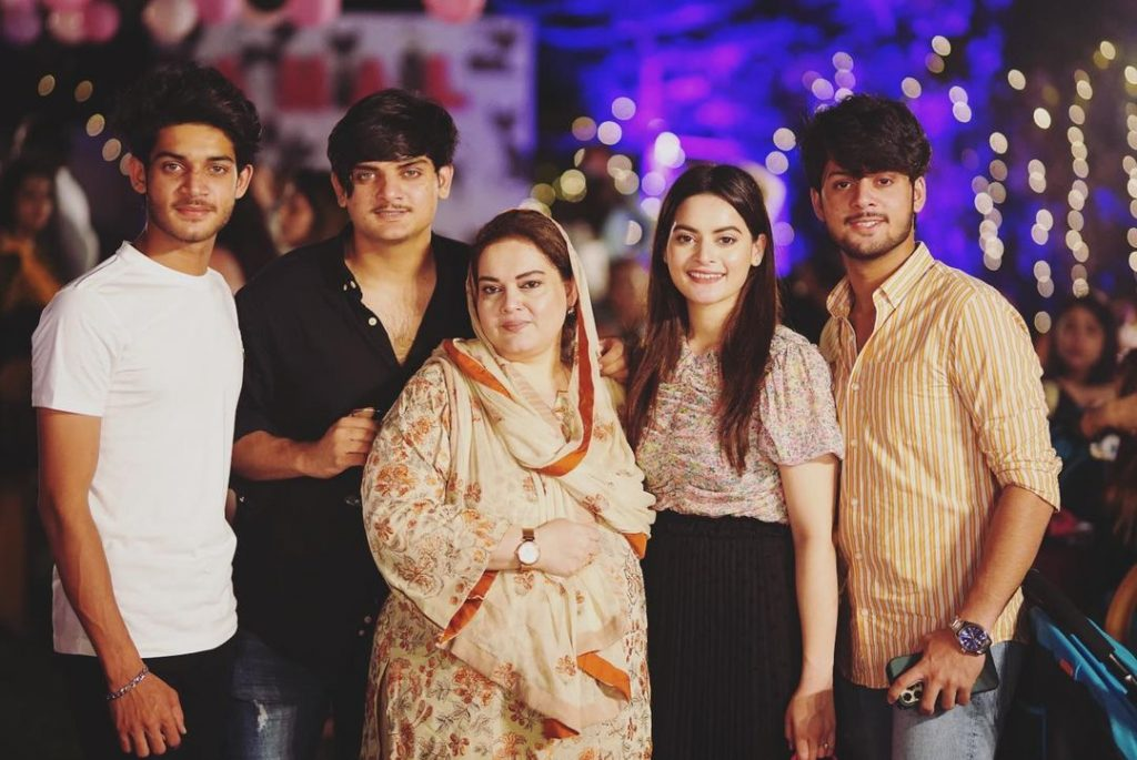 aiman khan with her mother and brothers