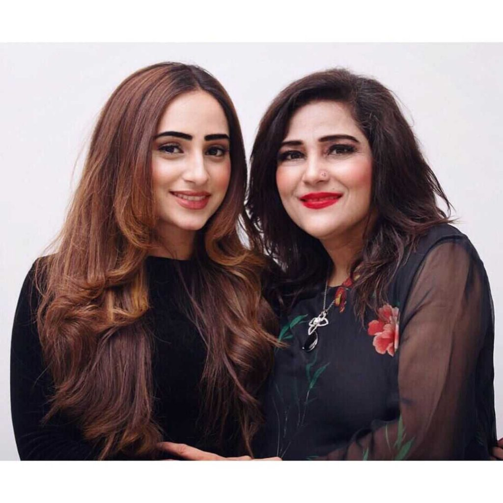 inaya-khan-with-her-mother