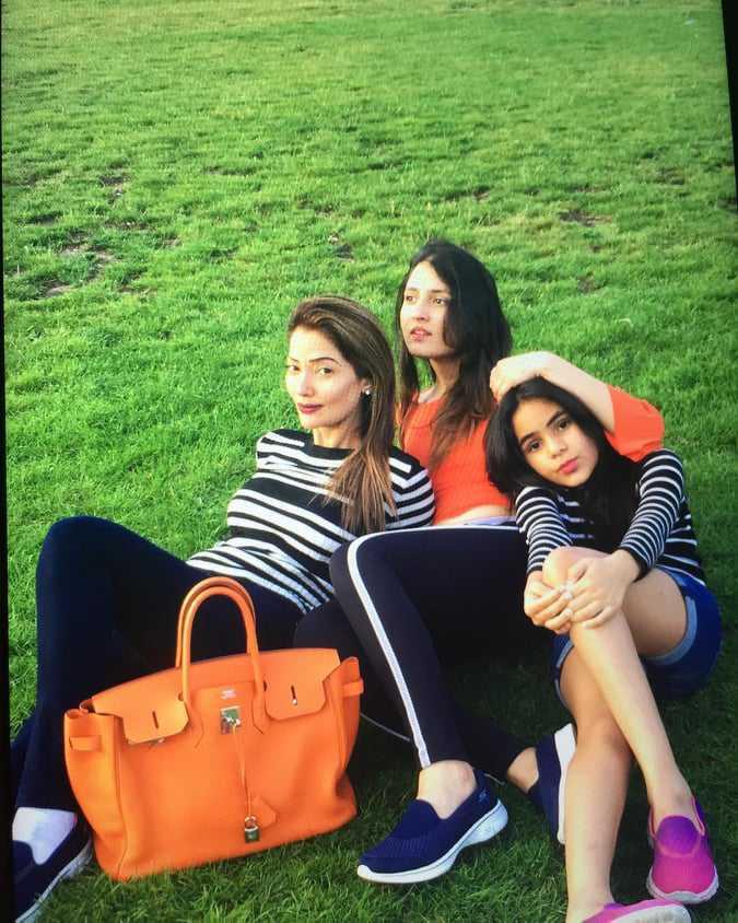 natasha-hussian-with-her-daughters