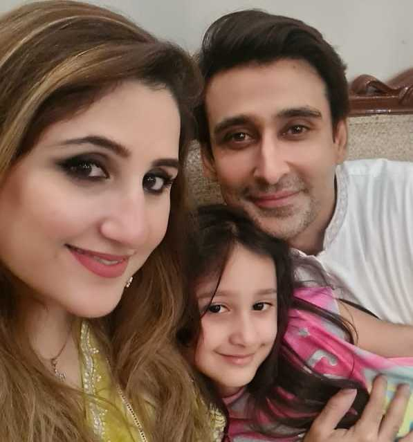 sami-khan-with-wife-and-daughter