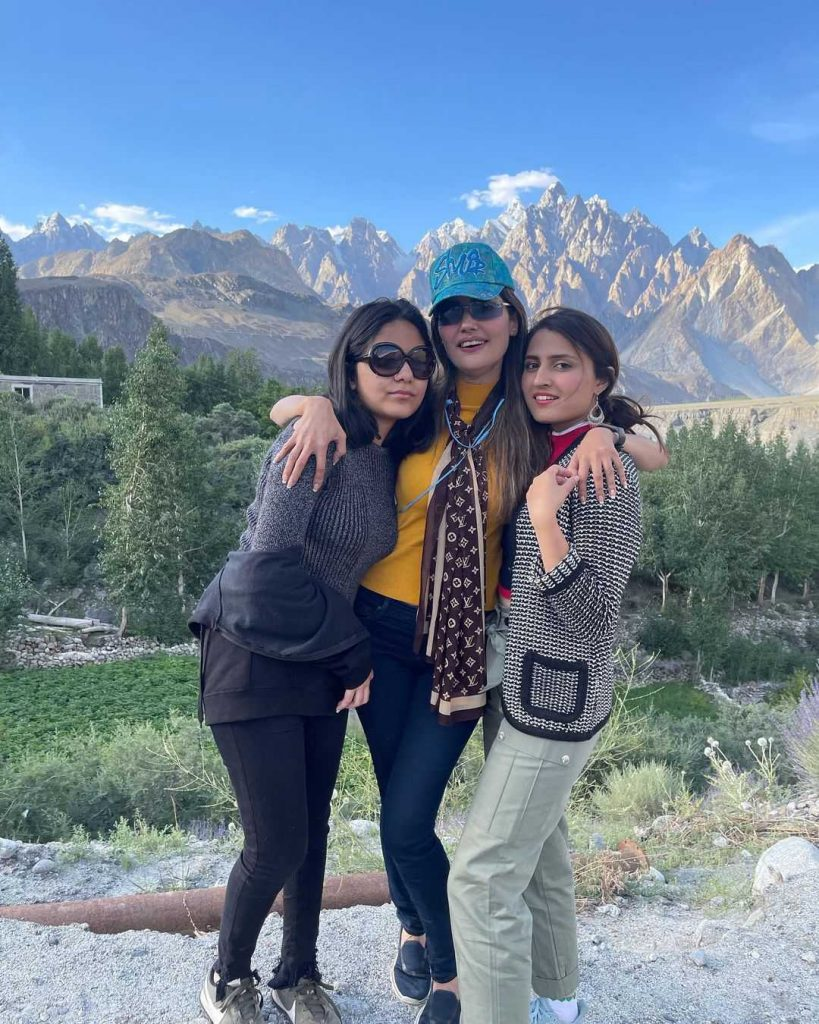 tania-hussian-zara-with-mother-and-sister