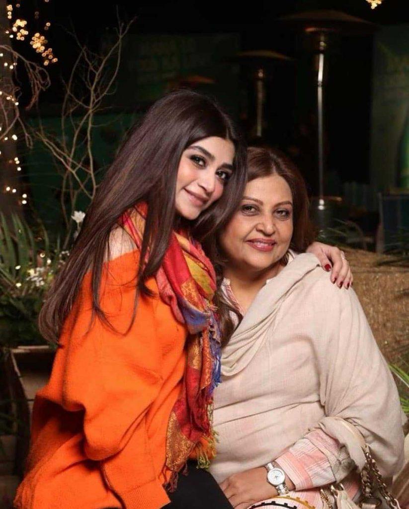 zoya-nasir-with-her-mother-Amna-Ulfat