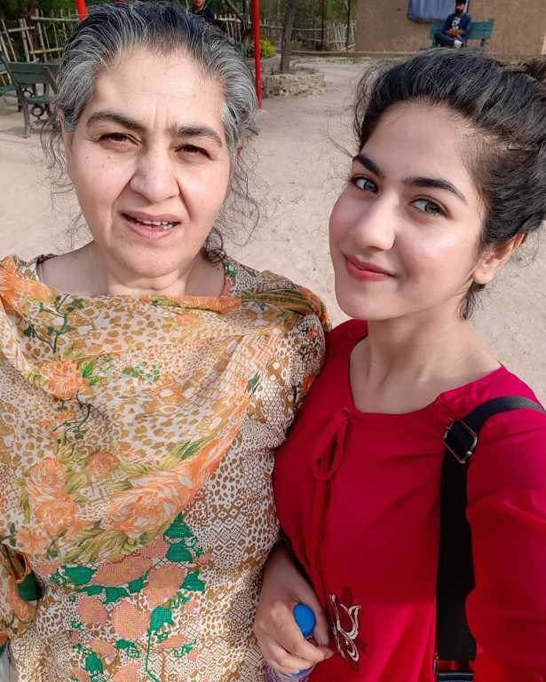 areej-mohyundin-with-her-mother